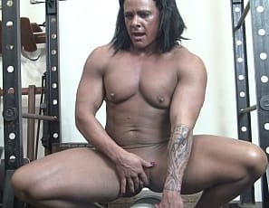 Female bodybuilder Goddess of Iron lets you join her in a virtual session in the gym
