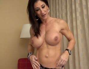 Female bodybuilder Hot Italian is teasing you in the bedroom during your virtual session