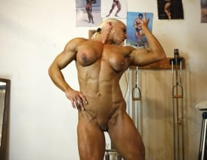 Bodybuilder Nicole Savage likes to work out in the gym in the nude which is a great way