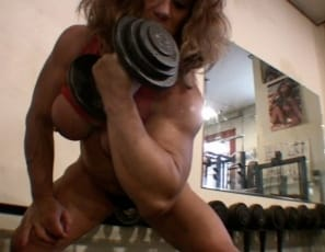 female bodybuilder Wild Kat works her peaks with concentration curls